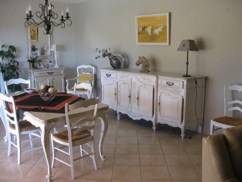 Relookage d 39 une salle manger en noyer robion 84 peinture et patine de meubles mallemort for Peinture relooking v
