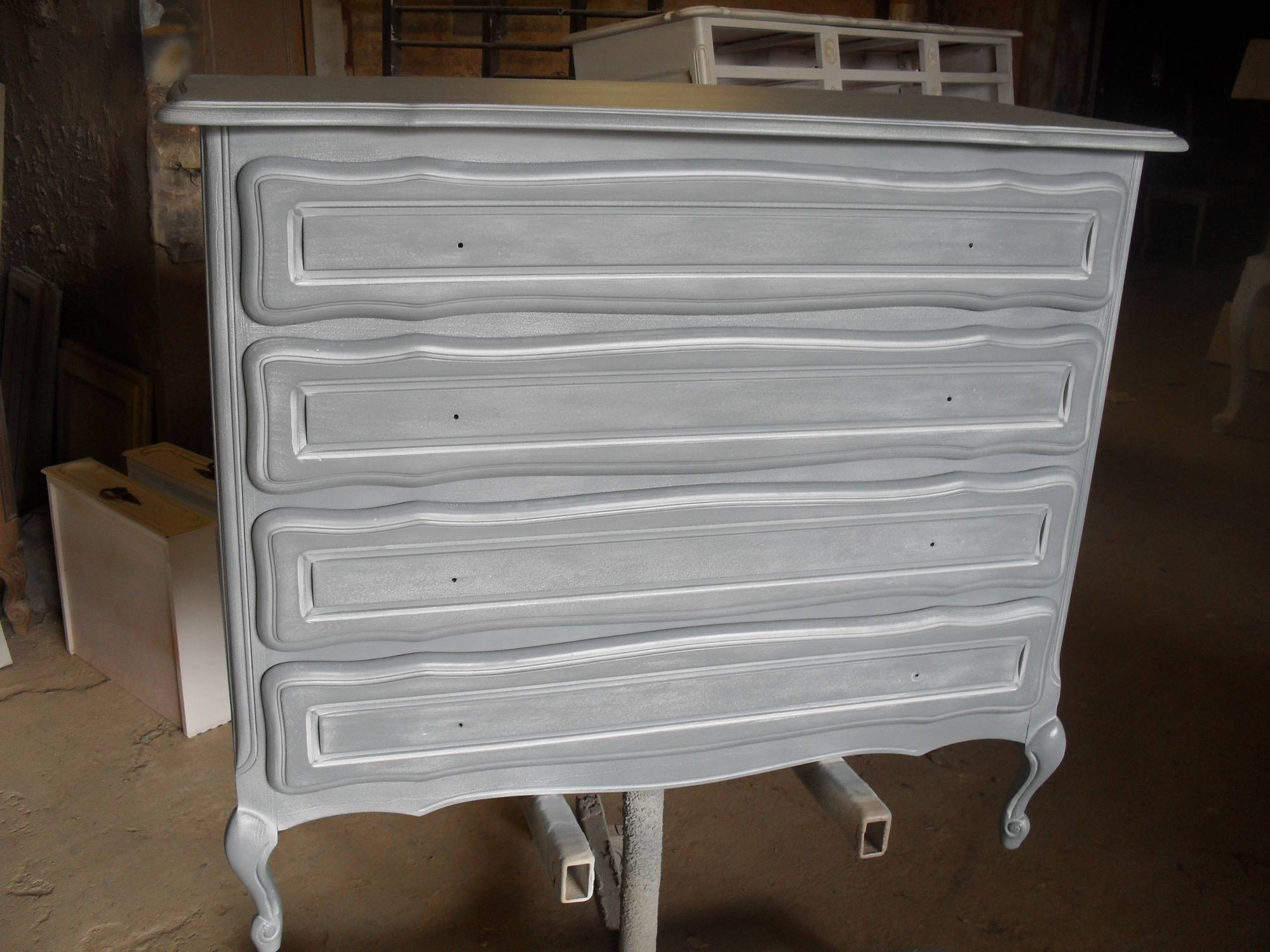 Peindre Un Meuble En Merisier commode en merisier ancienne relookée en gris cérusé blanc à