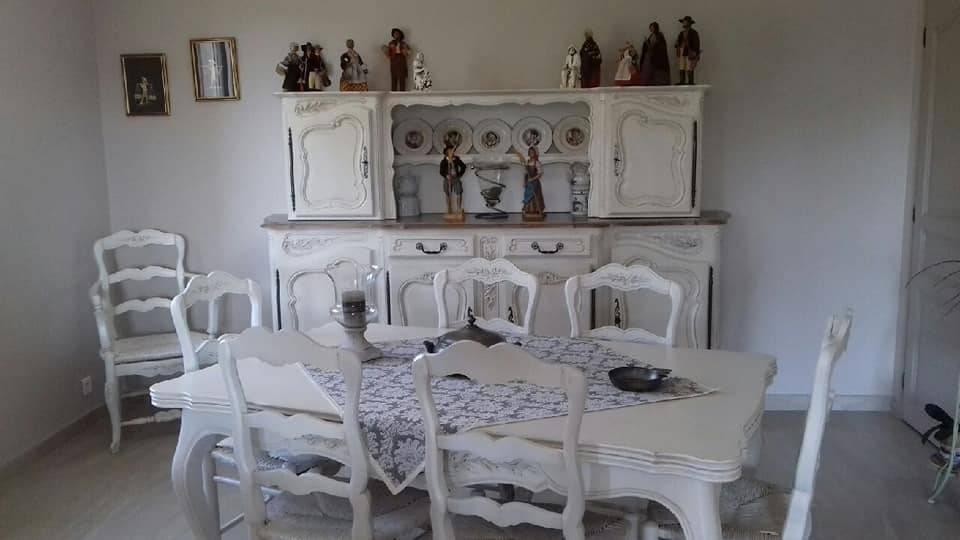 Salle A Manger Relookee Customisee En Blanc Vieilli Et Plateau