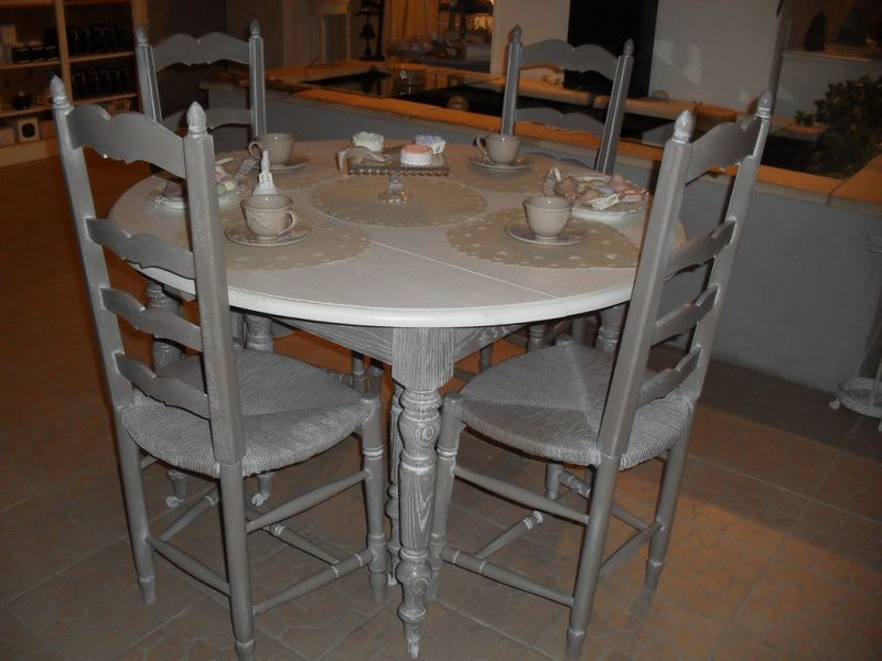 Table et chaises anciennes en ch ne relook e avignon - Table ancienne et chaises modernes ...