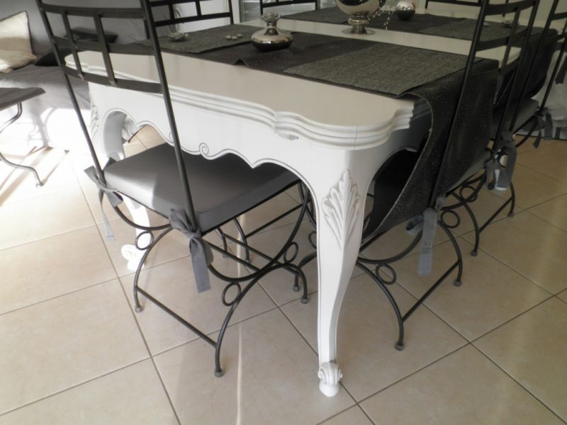 Table style proven al en noyer relook e blanc patin gris for Table de salle a manger noyer