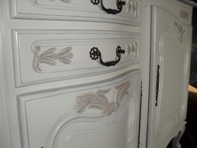 Bahut ancien style proven al relook en ivoire rechampi - Meuble patine blanc ivoire ...